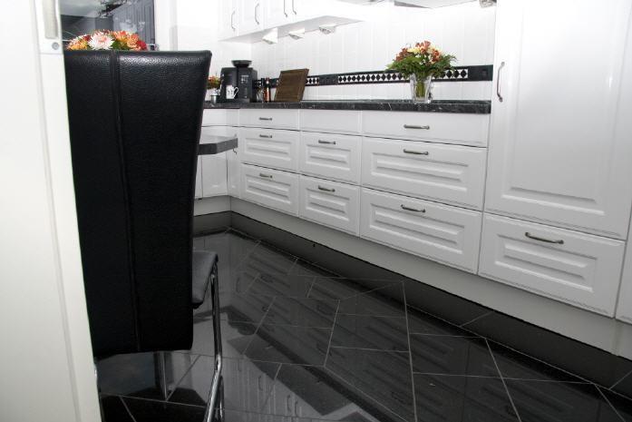 Granitboden mit Muster und Fliesenschild Bild2